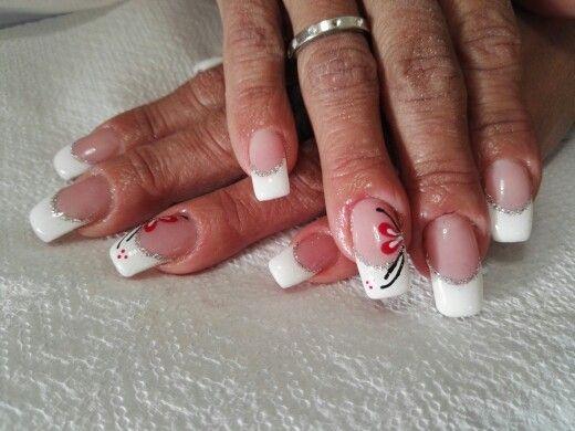 Unghie french bianco con glitter argento e fiore rosso ...