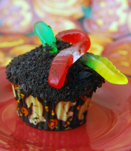 Halloween Cupcake Decorating Ideas Gummy Worms : Halloween Cupcake Decorating 101 Chocolate frosting ...