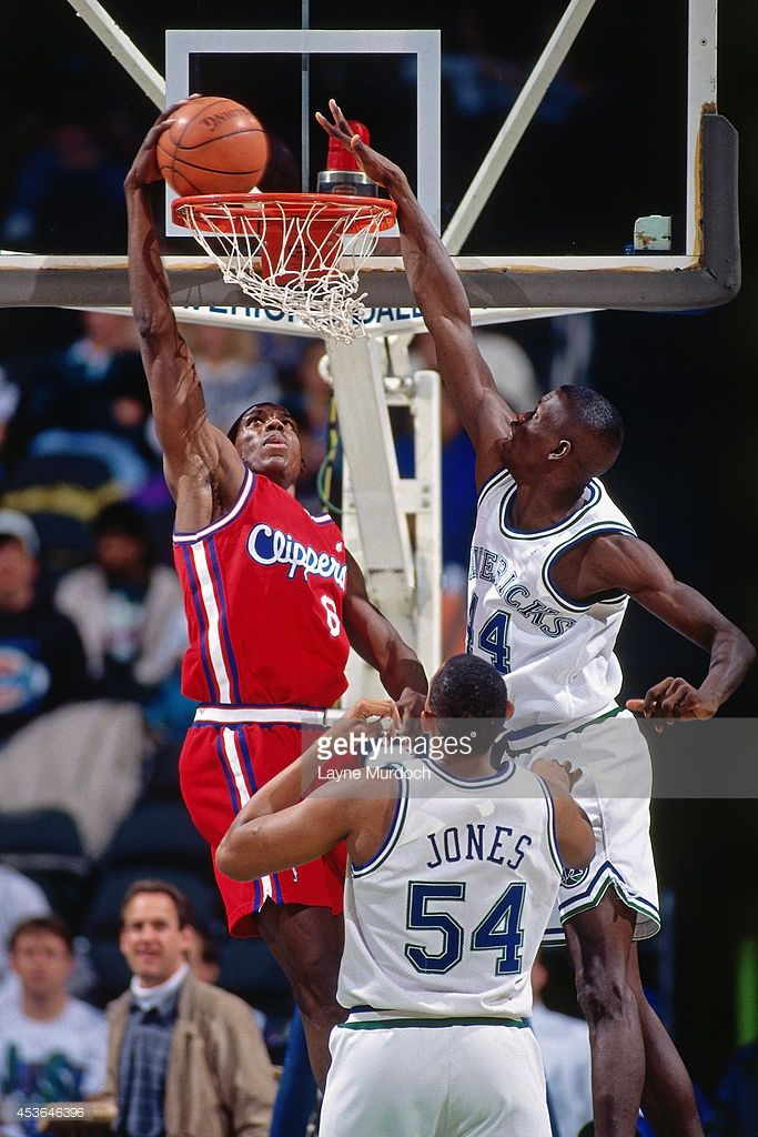 Charles 'Bo' Outlaw #45 of the Los Angeles Clippers dunks against the Dallas…