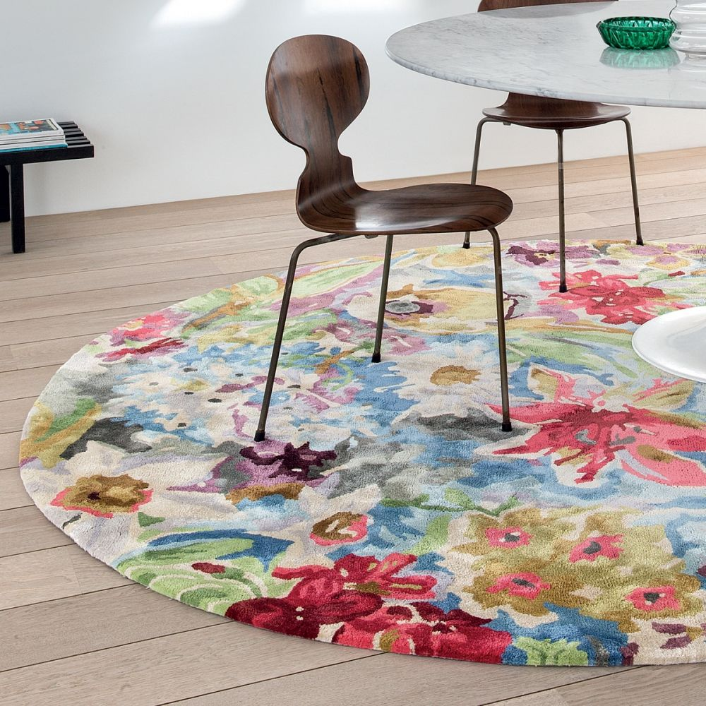 tapis rond de luxe multicolore au motif fleur est enti rement compos de viscose pour un toucher. Black Bedroom Furniture Sets. Home Design Ideas