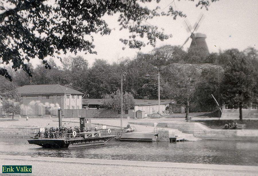 Samppalinnan mylly Kuva E: Välken kokoelmista.  Kuva ilmeisesti 1930-luvulta. Samppalinnan mylly on eräs näkyvimpiä kohteita Martinrannan alueella.  Tässä historiaa lyhyesti:  Myllyn rakennutti ent. laivuri Johan Andersson saksalaisten piirustusten mukaan vuonna 1860.  Urakoitsijana toimi rkm Rönnqvist.  Hän myös toimi ensimmäisenä myllärinä.    Rakennuksessa toimi myös leipomo, jossa tuotettiin laivakorppuja ja piparkakkuja. Jauhatus myllyssä päättyi 1900, mutta leipomo toimi vielä tämän