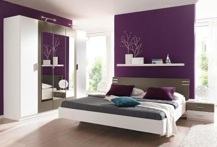 Gut Mehrteiliges Schlafzimmer In Weiß Mit Kontrastierenden Highlights. Die Lila  Wand Ist Ein Traum!