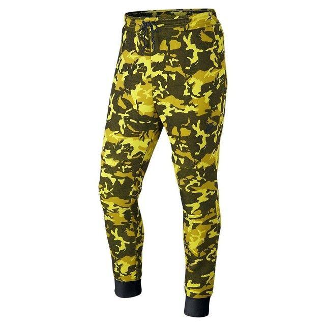 Pantalon de survêtement Nike Tech Fleece Camo - Ref : 682852-752. Couleur : Kaki, Jaune. Fabriqué dans un tissu polaire léger, le pantalon de survêtement Nike Tech Fleece est conçu pour vous offrir une chaleur durable, un confort optimal et une tenue décontractée. Nike Tech Fleece est une conception thermique innovante qui associe un jersey doux à du synthétique aéré, permettant ainsi de retenir la chaleur corporelle et de rester au chaud sans ajouter de poids. Détails. - Taille élastique ave...
