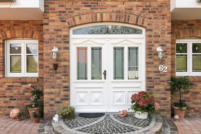 Haust ren aus kunststoff oder holz mit stilelementen wie sprossen b gen aufgesetzten - Fenster landhausstil ...