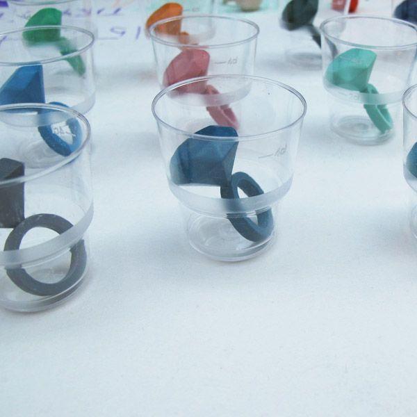 gobelets en plastique transparent ...........; [Lee, Tzu-Ling - Crayon solitaire ring]