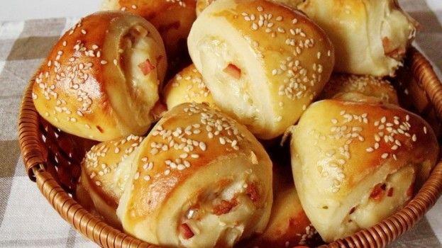 Chrumkavé cesnakové chuťovky: Mäkučké trojuholníky plnené šunkou a syrom si zamiluje každý