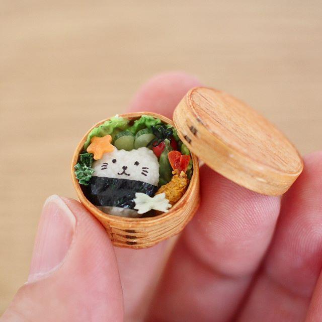 先日の丸いわっぱに具材を詰めてみました 猫のおにぎり、レタス、キュウリ、ミニトマト、エビフライ、星型ニンジン、リボンパスタ、パセリ。ちょっとした達成感でもあともう少し追加したいアイテムがあるので完成ではありません #miniature #miniaturefood #wappa #lunchbox #obento #bento #cat #bentobox #japanesefood #handmade #kawaii #ミニチュア #ミニチュアフード #曲げわっぱ #曲げわっぱ弁当 #お弁当 #おにぎり #猫 #猫雑貨 #雑貨 #キャラ弁 #弁当 #わっぱ #ハンドメイド #てづくり #エビフライ #アスパラガス #ミニトマト #みすみ工房