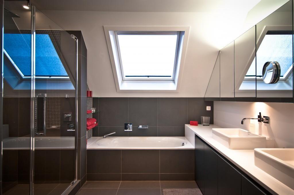 Salle de bain moderne blanche et grise | Combles | Pinterest ...
