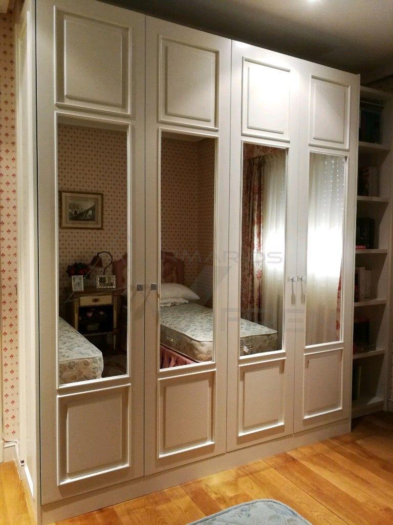 Armario a medida de puertas abatibles lacadas y espejo for Armario con espejo