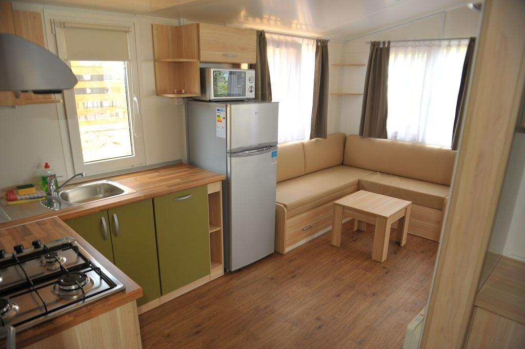 Küche mit großem Haushaltskühlschrank, Eisfach