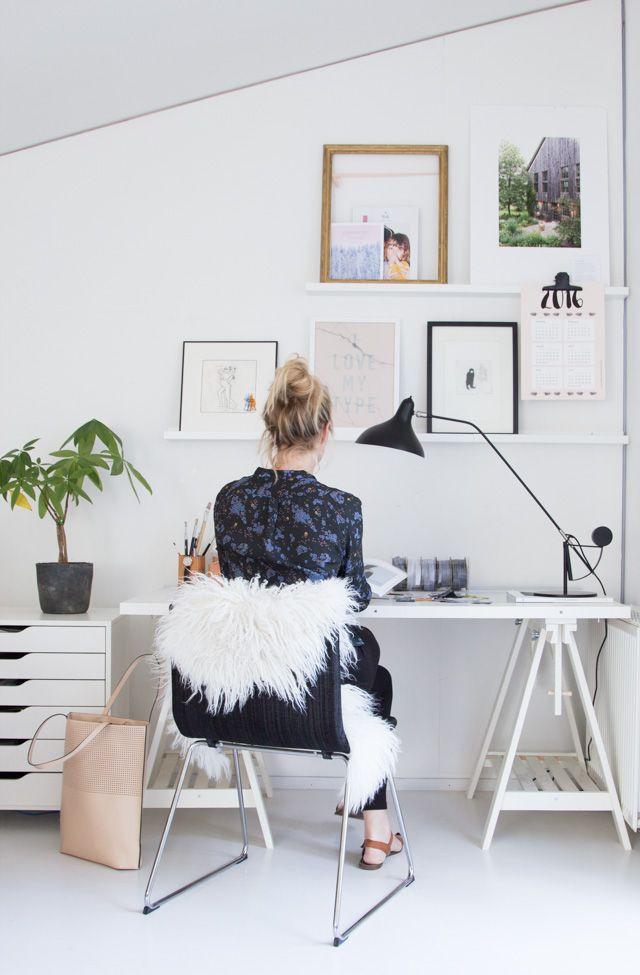 Helles Arbeitszimmer Mit Weißem Schreibtisch