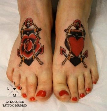 Tatuaje de anclas en los pies, un pié con una rosa, y el otro con un corazón