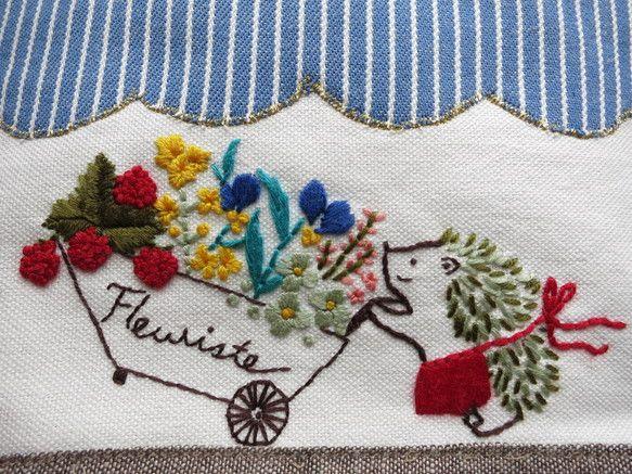 野の花をたくさん詰め込んだフラワーカートを一生懸命運んでいるはりねずみの花屋さん。mocoという太糸のみで手刺繍した作品です。小さな小さなトートバッグに仕立て... ハンドメイド、手作り、手仕事品の通販・販売・購入ならCreema。