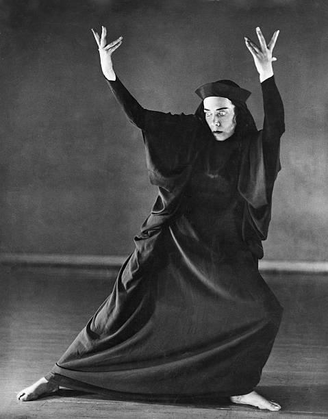 Mary Wigman Dancer Choreographer Eingeschrankte Rechte Fur Bestimmte Redaktionelle Kunden In Deutschland Limited Righ In 2020 Performance Art Vintage Photos Poses