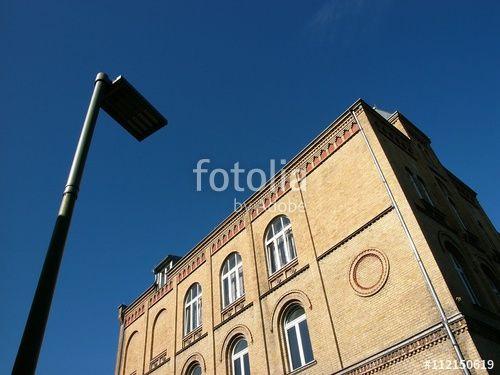 Moderne Straßenbeleuchtung vor einem alten Schulgebäude aus Backstein in Bielefeld in Ostwestfalen-Lippe