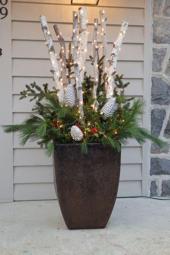 Machen Sie eine entzückende DIY Weihnachtsdekoration mit Protokollen und Lichtern, die jede E... #dekohauseingang