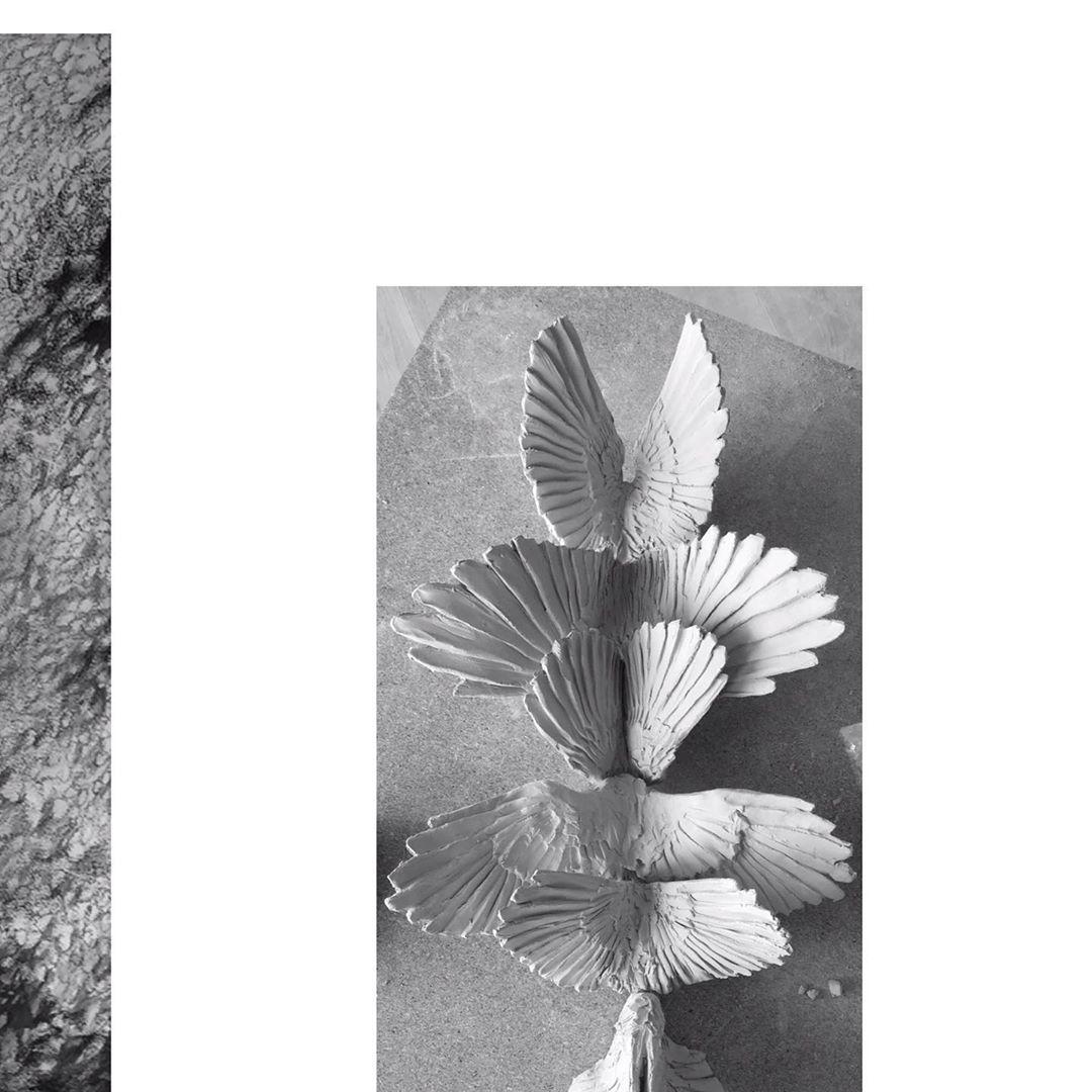 mots significatifs Sculptures avant le tir et dessins au fusain #wip. . . . . #clay #charcoal #a