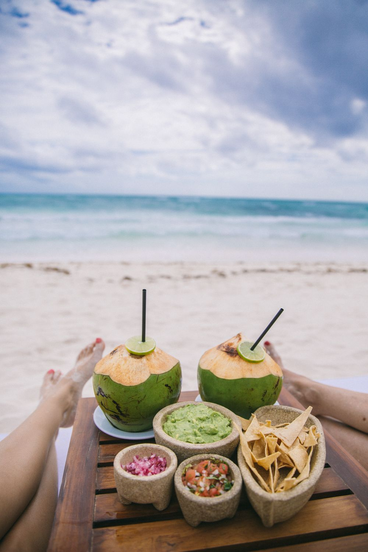 Guacamole en la playa en México. El guacamole es básicamente una extensión de aguacate. Es un baño utilizado para tortillas con salsa. Un aperitivo perfecto para la playa.