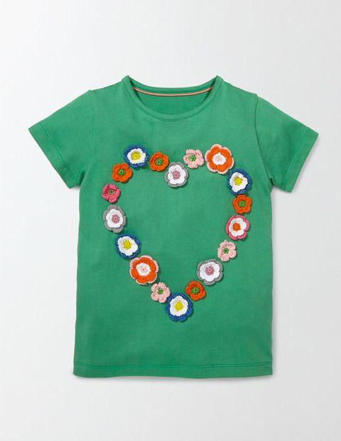 Mit diesem leuchtenden T-Shirt sind Ihre Kleinen bestens ausgerüstet, wenn sie durch Blumenfelder streifen. Das T-Shirt in kräftigen Farben mit hübscher geblümter Häkelborte ist bereit für den Frühling. Weicher Baumwolljersey bietet hohen Tragekomfort und ist problemlos waschbar.