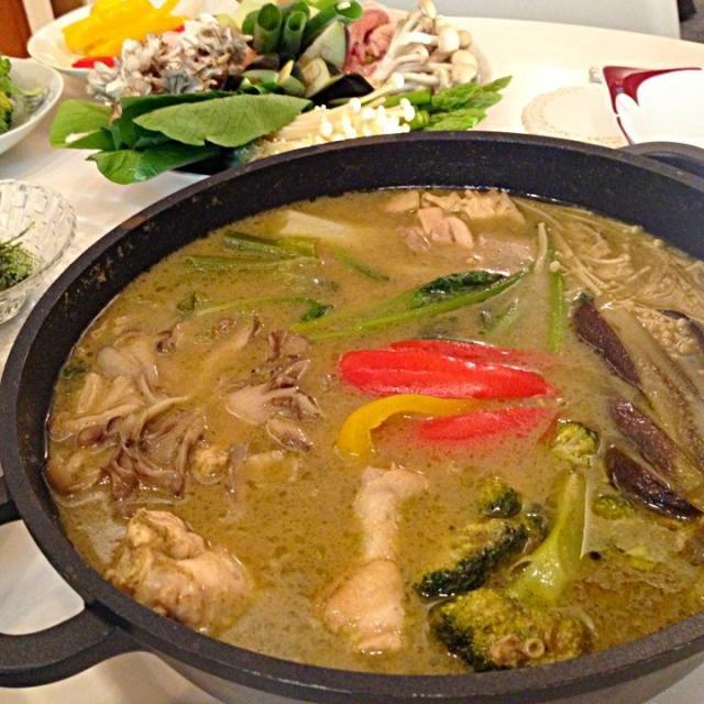 アメトークで、品川さんが芸人仲間に作って絶賛されてた鍋を、想像レシピで再現。味付がいかようにもなるけど、美味しかった! - 10件のもぐもぐ - 白味噌グリーンカレー鍋 by furufuru123
