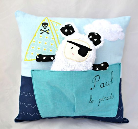 coussin enfant personnalis coussin pirate doudou pirate coussin pr nom dden pinterest. Black Bedroom Furniture Sets. Home Design Ideas