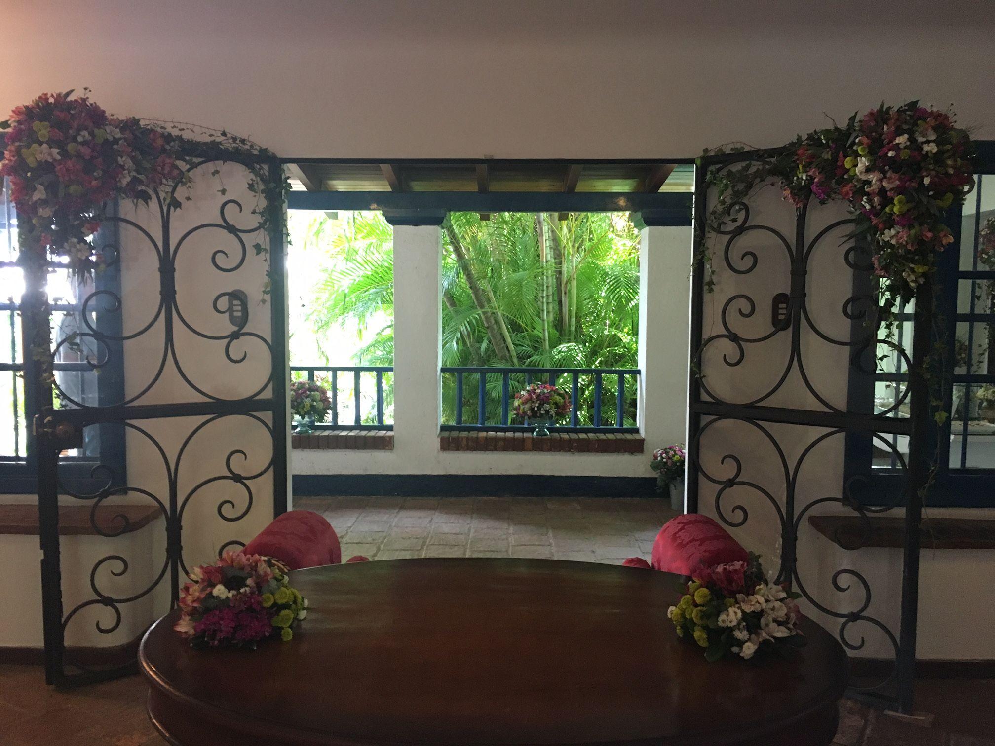 Solo faltas tu y tu novio. Hermosos detalles florales  en la mesa de la ceremonia civil. Las puertas se decoraron con flores fucsias, verdes y blancas y eucaliptos y hiedras,