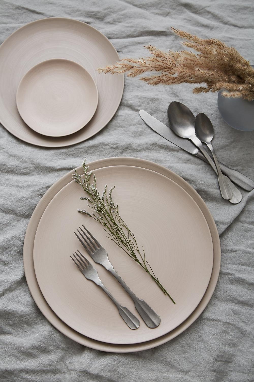 Minimale Plates, Sand | Canyon Flatware, Stonwashed Pewter