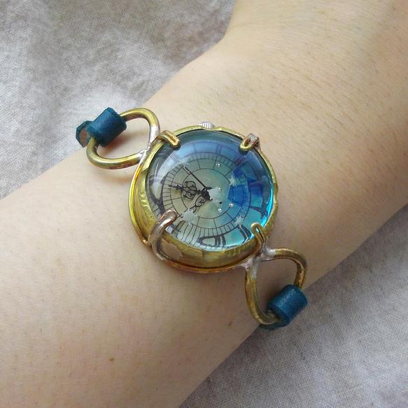 青を基調に、星の砂を埋め込んだ夏らしい腕時計です。深い青緑のベルトで落ち着いた印象にしました。ケース、レンズ、ベルトなど全て手作り・一点物の腕時計です。素材は...|ハンドメイド、手作り、手仕事品の通販・販売・購入ならCreema。