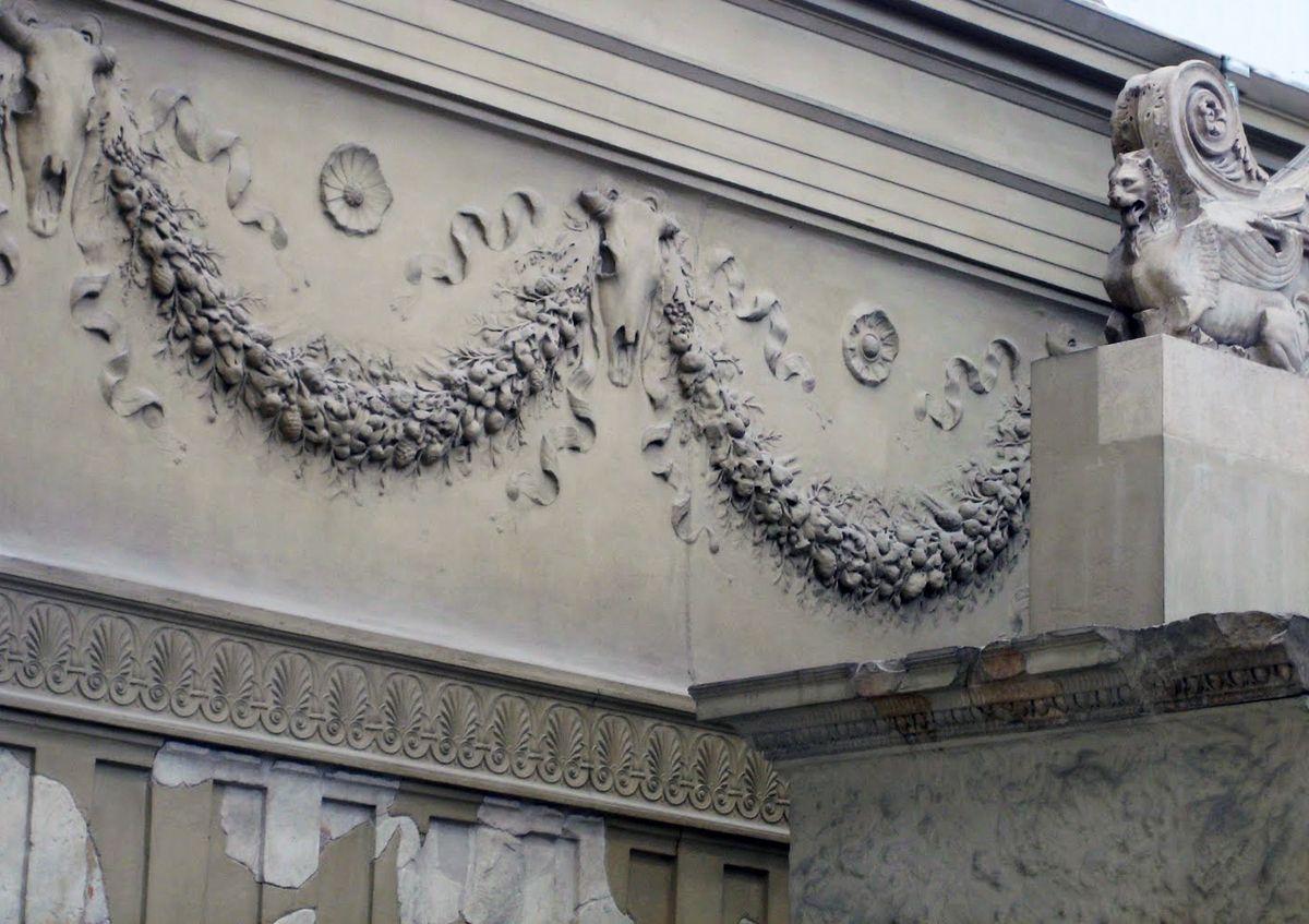 Ara Pacis: particolare. Nella parte interna dell'Ara Pacis sono numerosi i dettagli, come la sequenza di giragli di acanto alternati a bucrani. La ricerca della perfezione nella realizzazione del dettaglio e nell'impiego della tecnica corretta è una chiara dimostrazione dell'influsso che l'arte greca ha esercitato su quella romana.