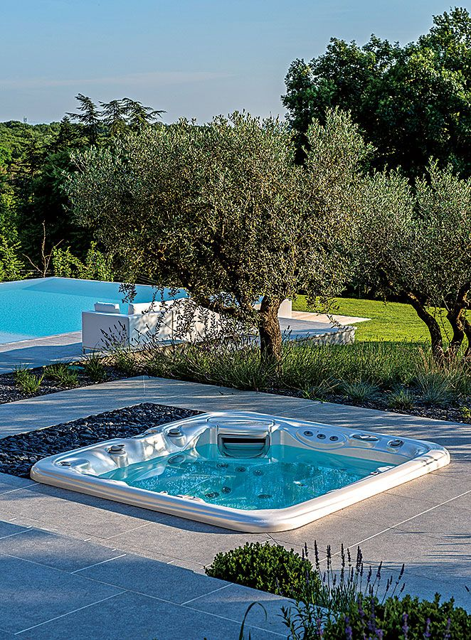 Un spa jacuzzi® semi-encastré dans une terrasse en bois #spa