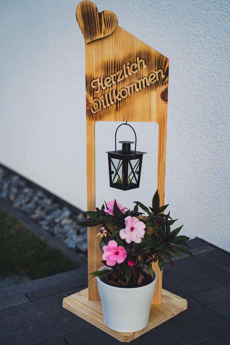 Holz Deko Schild geflammt Herzlich Willkommen mit Blumenkasten