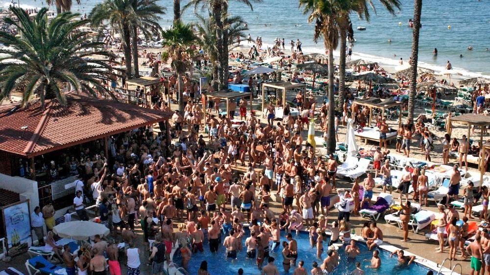 Quieres Salir De Fiesta Por Ibiza Descubre Bora Bora Beach Club Y Baila En La Arena Casi Todo El Día Al Ritmo Del Mejor Playa Den Bossa Ibiza Ibiza Holidays