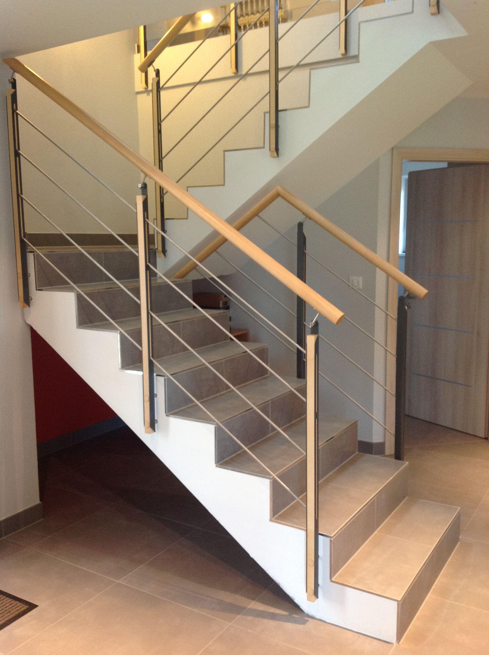 Garde-corps rampant bois et métal sur escalier béton. Pour plus de ...