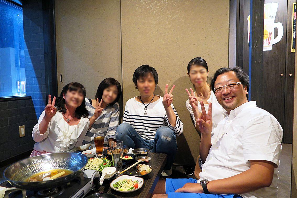 2016年8月13日(土)こんにちは。「加古川幼稚園・バラ組会(1983年3月卒)」。昨日は仕事を終えてから姫路へ。担任だった記村先生を招いた食事会に参加しました。6歳だった私たちは今年40歳。先生は某幼稚園の園長先生としてご活躍とのこと。あのときのまんま、若々しい~。35年も前のこと。もう忘れかけていましたが...こうやって顔を合わせると思い出すものですね。懐かしく、楽しい時間を過ごさせていただきました。お盆休みで都合が付かないメンバーが多く、小さな同窓会になりましたが、これを機に交流を再開することになりました。今回利用したのは、同会メンバーの真田君が経営する「個室居酒屋 ことり」さん。立派なお店。1から始めるって凄いこと。僕には真似できないな。最後に記念撮影。この感じ...遠近法と超広角レンズのゆがみも手伝って、ごっつい貫禄。僕が園長みたいやん!!!(笑)最後に素敵な席を設けてくれた平さんに感謝。ありがとうございました(^^ ◆個室居酒屋 ことり http://r.gnavi.co.jp/42zespcg0000/  それでは、今日も皆様にとって良い1日になりますように☆