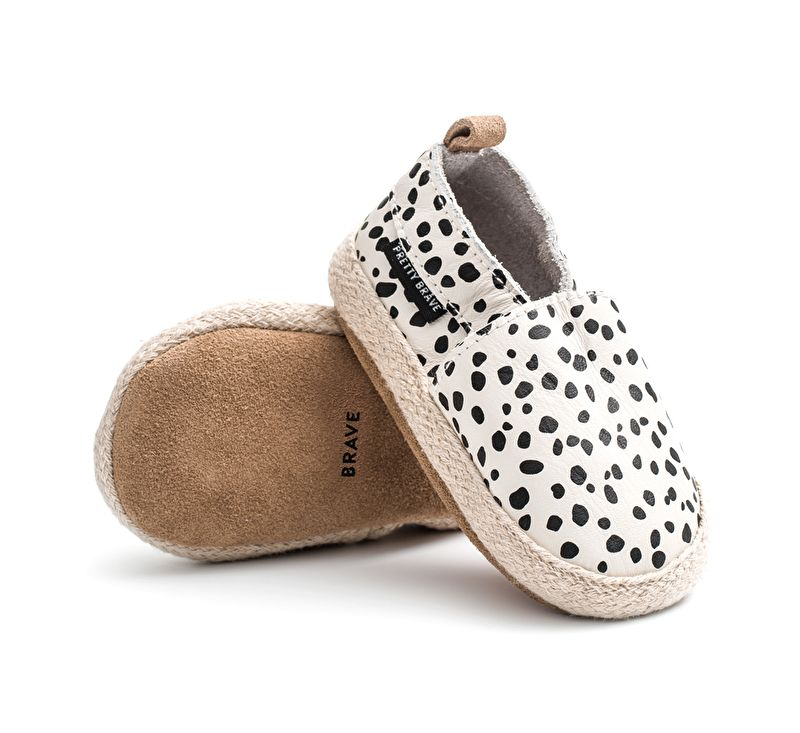 Black and white animal print baby booties, the cutest! #estella #baby #