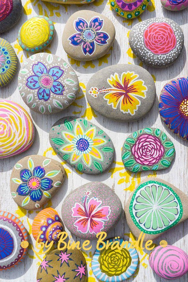 Steine in sommerlichen Farben bemalt mit blühten, Mustern und Mandalas. -Bine B... - Ideen Blog #sommerlichebastelarbeiten