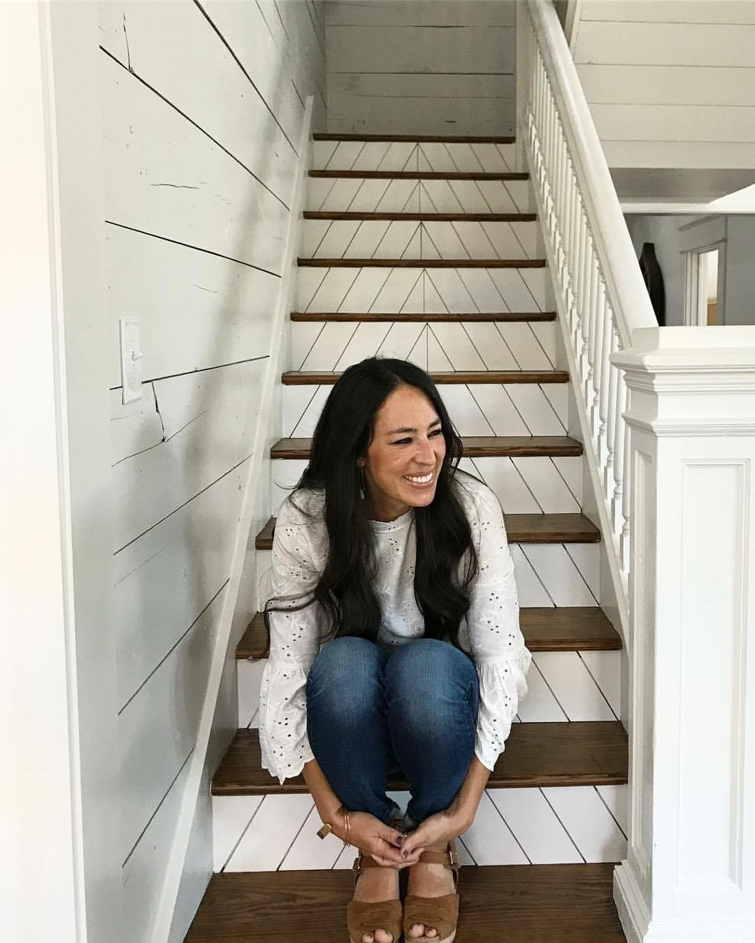 Chips Et Joanna Gaines stair details!! joanna gaines stairs #foyerdecoratingstairs