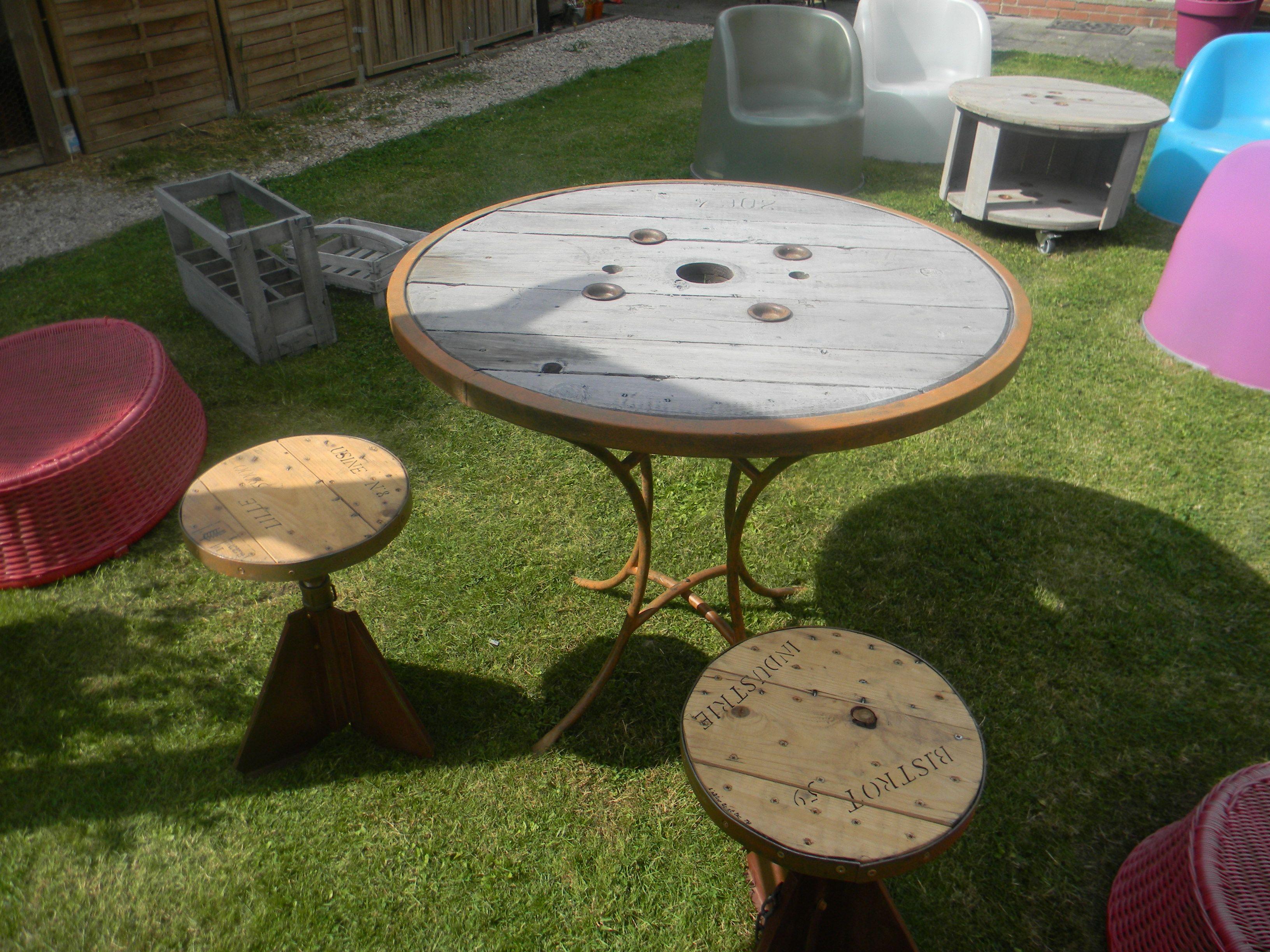 table de jardin faite a partir d un touret bois cerclé teinté et
