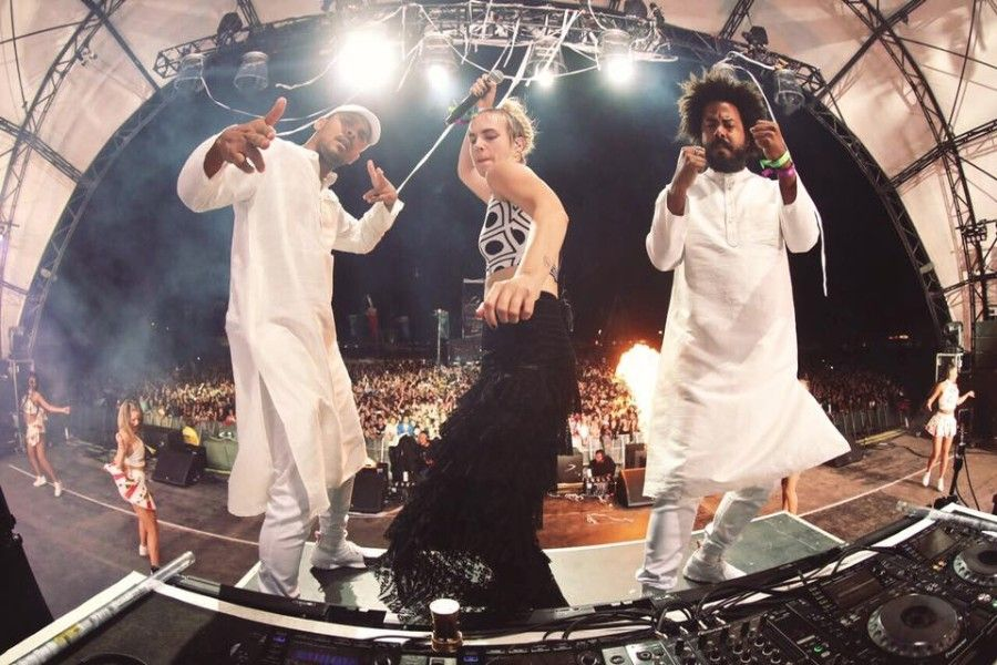 "Major Lazer premiered new song ""Cold Water"" featuring Justin Bieber and MØ on FM radio station."