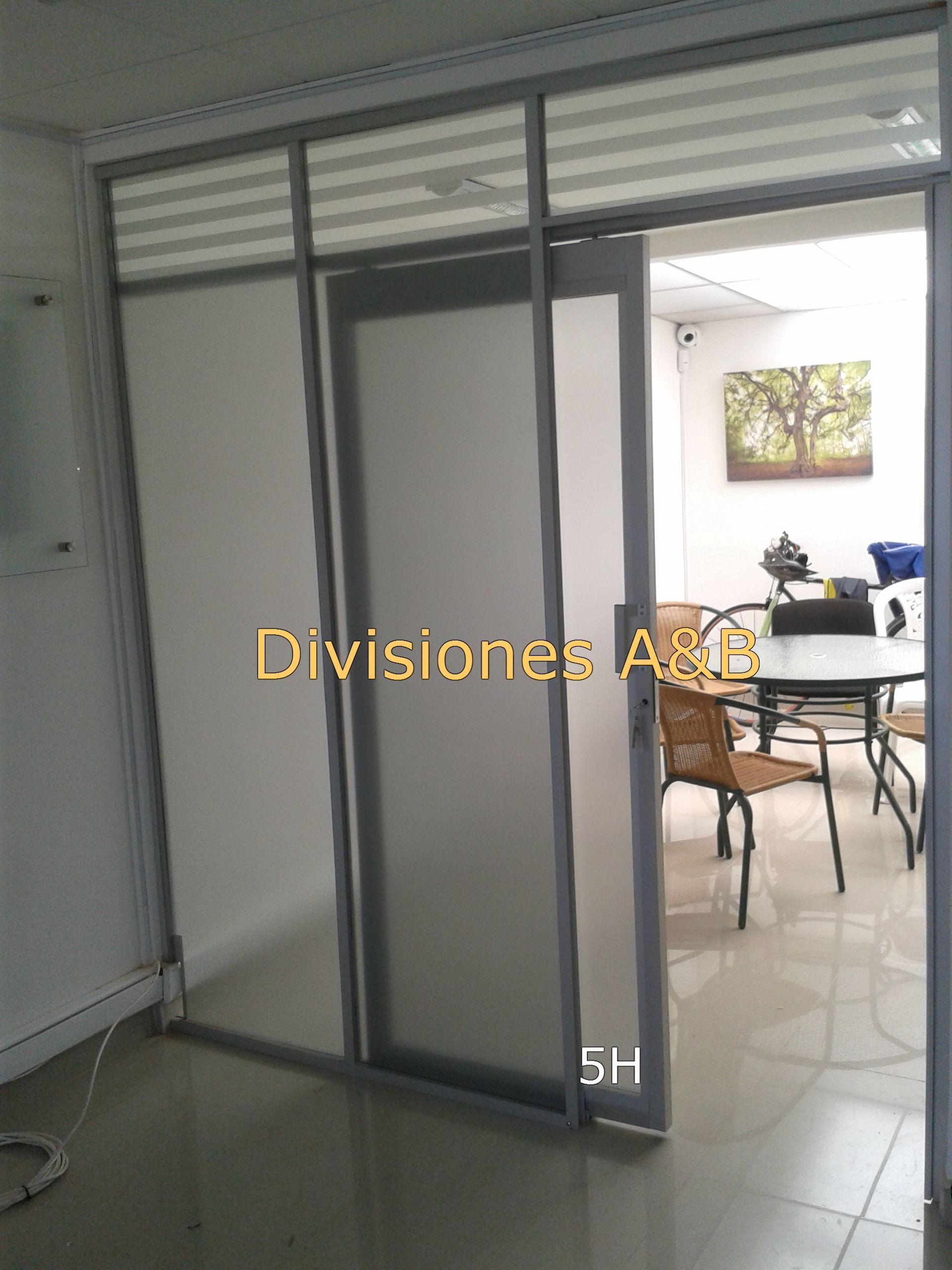 Division en estructura de aluminio y vidrio con pelicula frosted ...