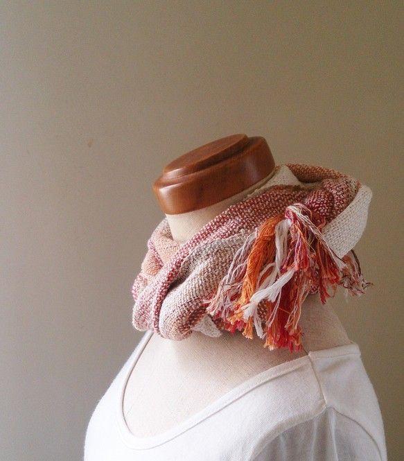 綿100%の糸で織った手織りのストールです。綿の変り糸(リング糸)を緯糸に入れて織りあげました。湯通しした後、アイロン仕上げをせず洗いざらしのザックリ感を残し...|ハンドメイド、手作り、手仕事品の通販・販売・購入ならCreema。