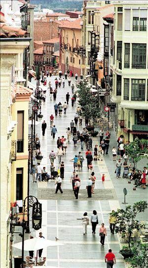 León, vista aérea de la calle ancha.