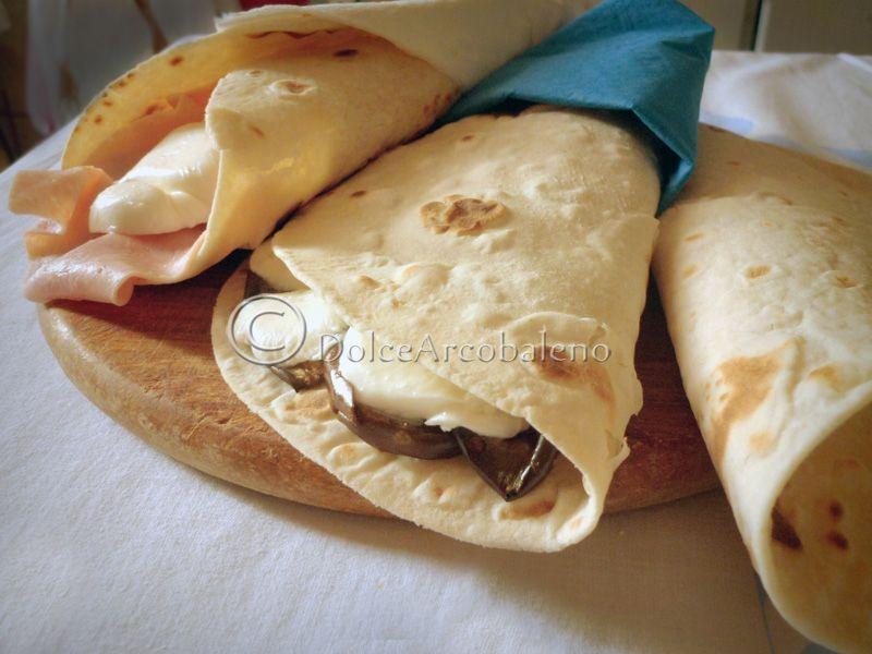 Le Piadine di Kamut ripiene, sono una ricetta rapida e gustosa da realizzare, ricca di elementi nutritivi che fanno bene all'organismo e all'umore. Da gustare a casa, in ufficio, a scuola o quando preferite, ma sempre con gusto.