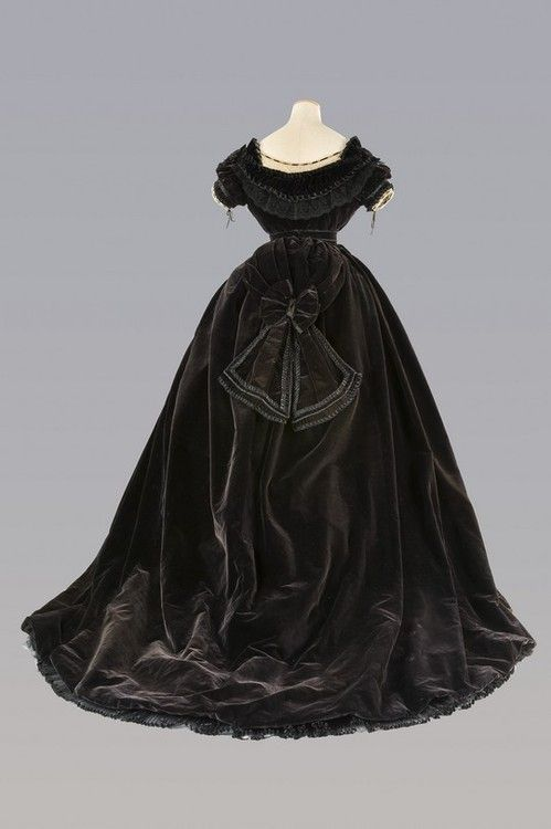 Anonymous manufacturing bodice, skirt and belt with tail in silk velvet, with collar and cuffs seal in silk satin with velvet and lace mechanic. The dress was given to Virginia Oldoini, Countess of Castiglione. Italy, 1867.