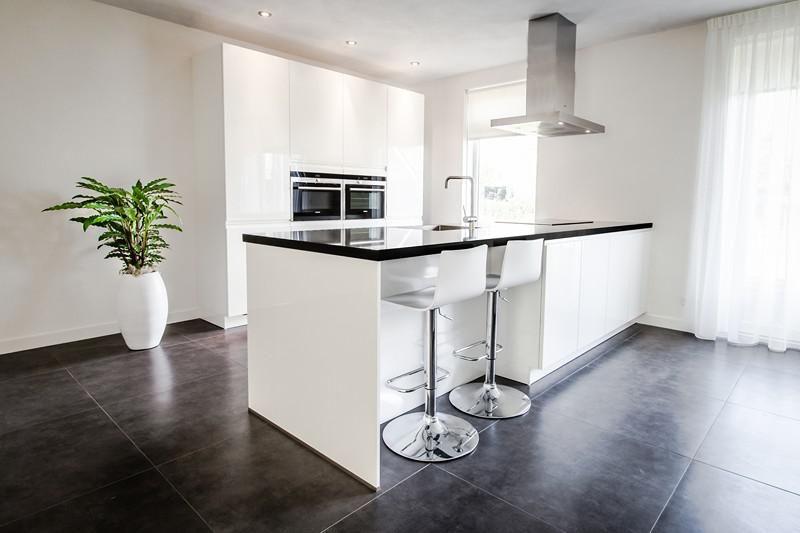 Totale keuken met kookeiland in een fris en modern interieur