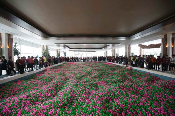 eb5132700aee8 La plus grande piscine à balles du monde est en Chine