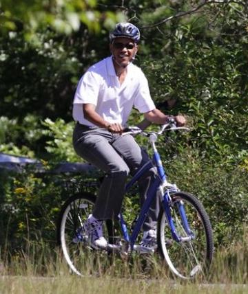 A mi me gusta montar en bicicleta en mi tiempo libre. Me gusta montar en bicicleta con mi familia y mi amigos cerca mi barrio.