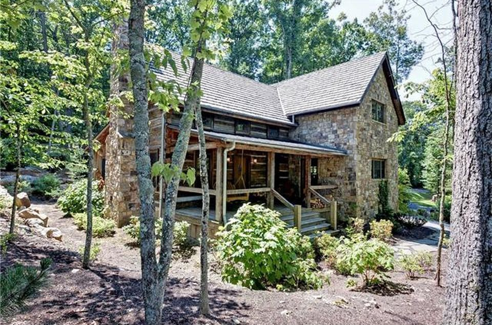 A Rustic Log Cabin That S Practically Luxurious Inside House Styles Natural Building Cabin