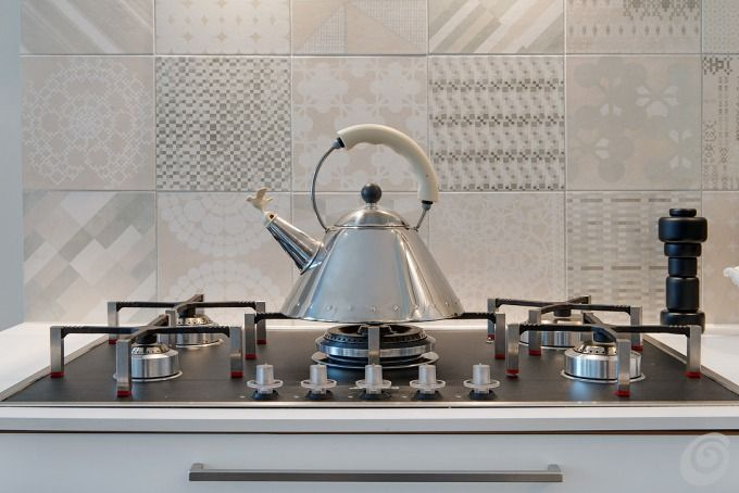 Cucine  Cucina ad angolo bianca moderna con rivestimento in piastrelle vintage  Cucina