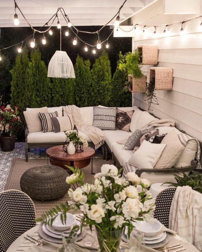 Decoracion terrazas balc n en blanco y negro mesa grande - Decoracion de terrazas y jardines ...